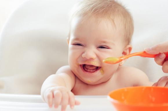 離乳食中期のモグモグ期の赤ちゃんが離乳食を食べている様子