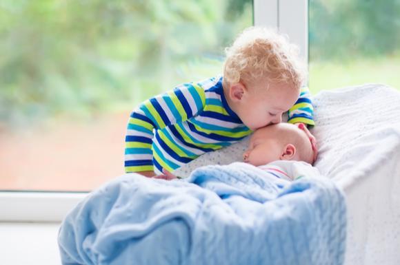 バウンサーに寝ている赤ちゃん