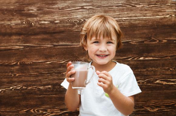 子供がコーヒー牛乳を飲んでいる様子