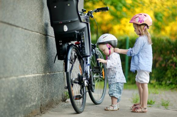 自転車のチャイルドシートカバーをしている様子