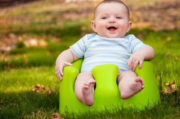 バンボに座っている赤ちゃん