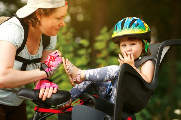 子供乗せ自転車に子供を乗せている様子