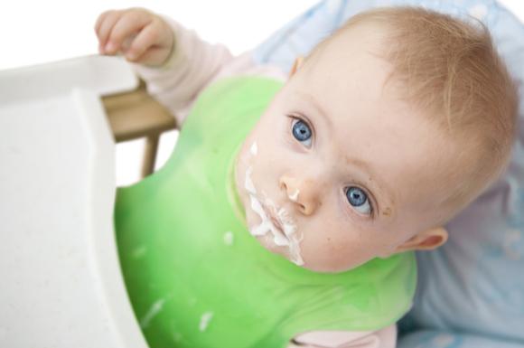 ヨーグルトの離乳食を食べている赤ちゃん