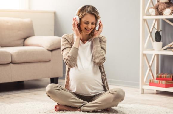 つわり対策で音楽を聴いている妊婦さん