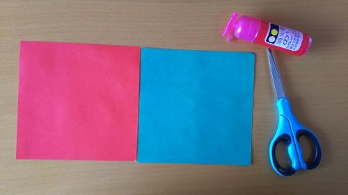 折り紙でスイカを作っている手順1