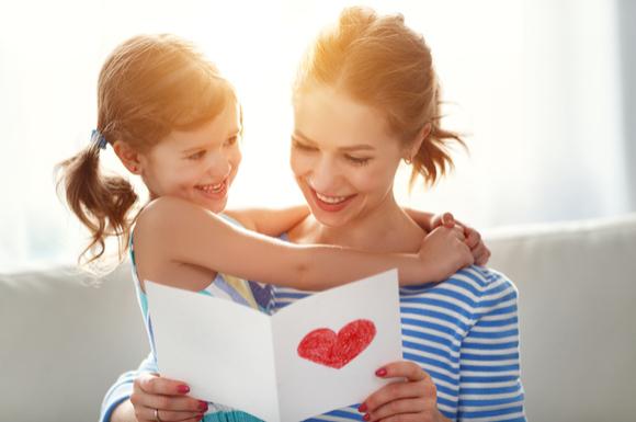 母の日に子供からメッセージカードをプレゼントしてもらっているママ