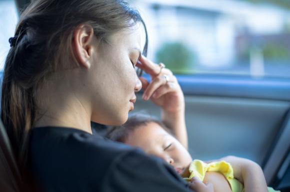 産後に頭痛で悩んでいるママ
