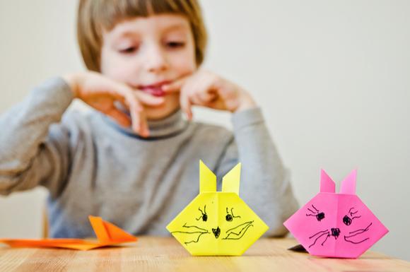 子供が折り紙で動物を折っている様子