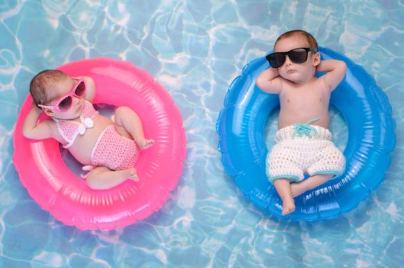 赤ちゃんが水着を着ている様子