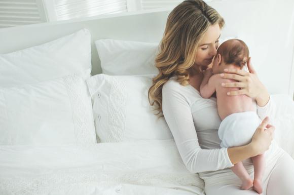 ママが赤ちゃんを抱っこして背中をトントンしている様子