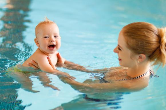 プールデビューを楽しんでいる赤ちゃん