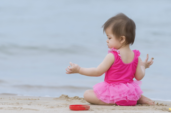 赤ちゃん用の水着を着ている女の子の赤ちゃん