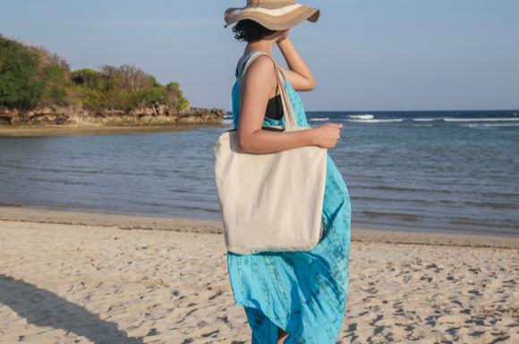 ニトリのマザーズバッグを持っている女性