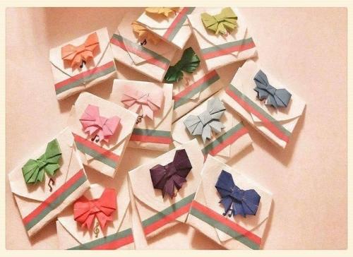 折り紙で折ったリボンを小分け袋に貼った様子