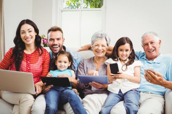 祖父母手帳を活用して、家族が仲良く過ごしている様子