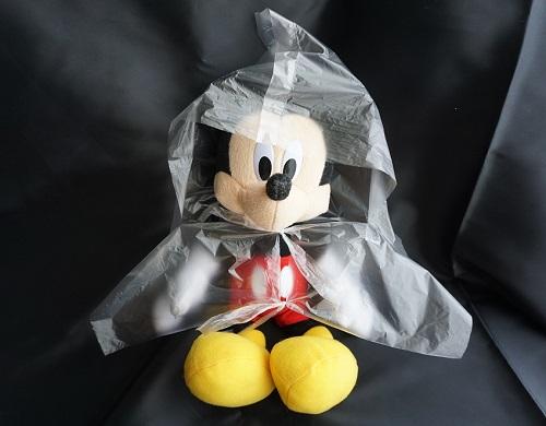 ゴミ袋で作ったカッパを着ている様子の画像