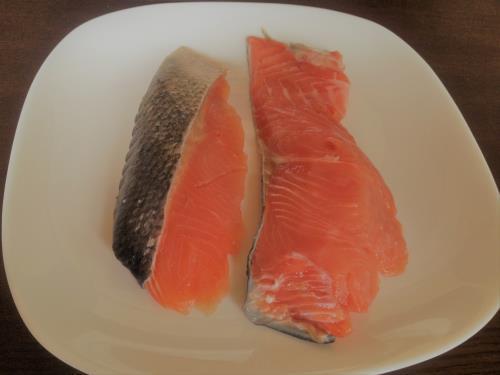 離乳食用手作り鮭フレークを作っている画像
