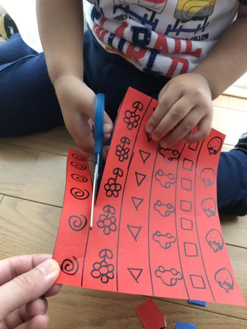 子供にハサミの使い方を教えている様子の画像