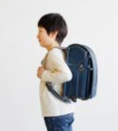 土屋鞄ランドセルを男の子が背負っている様子の画像