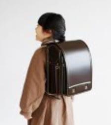 土屋鞄ランドセルを女の子が背負っている様子の画像