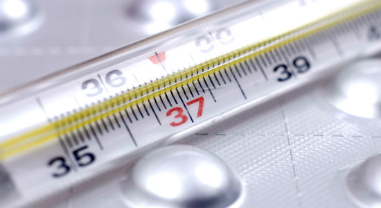 発熱した子供の体温をまず体温計で測ってみる