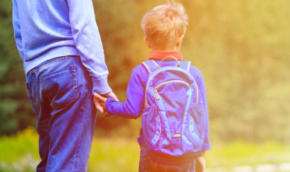 リュックを背負う子供と親