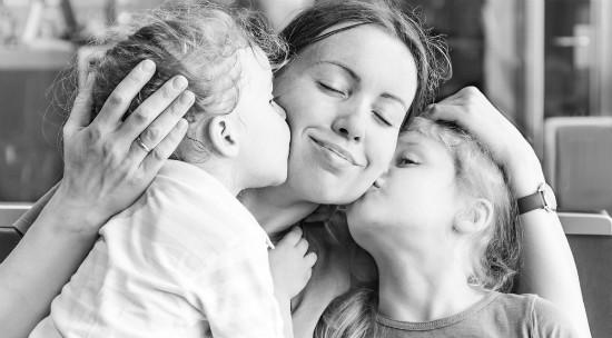 子供2人とママの幸せなイメージ