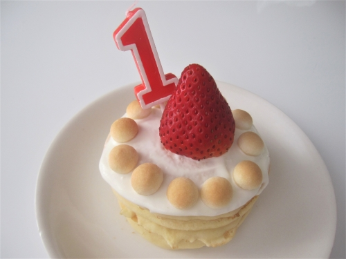 パンケーキとヨーグルトの1歳のお誕生日ケーキ