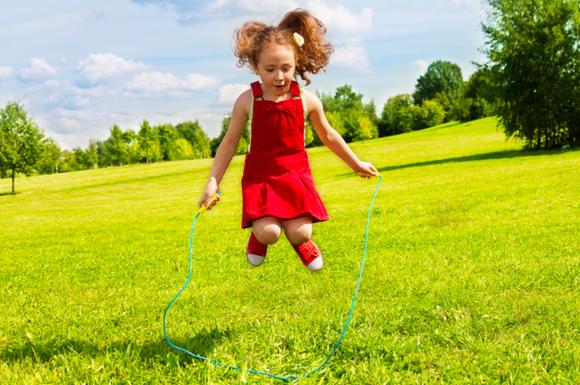 縄跳びを練習している子供