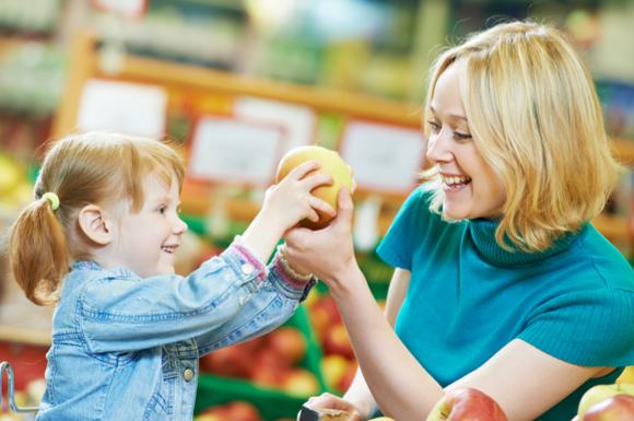 親子でスーパーに買い物に行っている様子