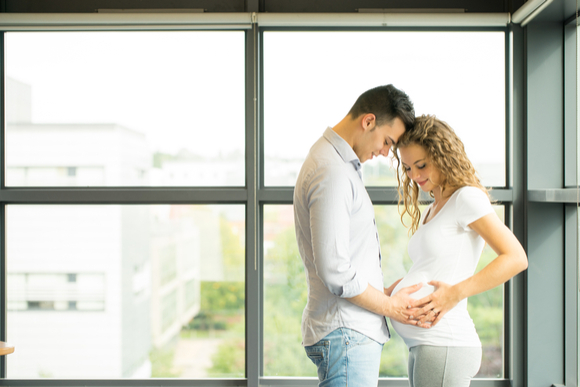 妊娠中に辛い妻のサポートをしている夫