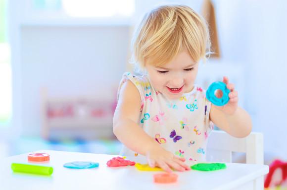 小麦粉粘土で楽しそうに遊んでいる子供