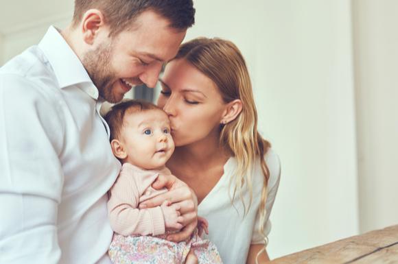 赤ちゃんを検診に連れて行っているパパとママ