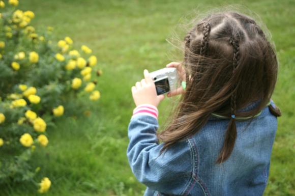 子供がデジカメで撮影している様子