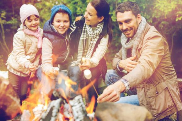 バーベキューを子供と一緒に楽しんでいる家族