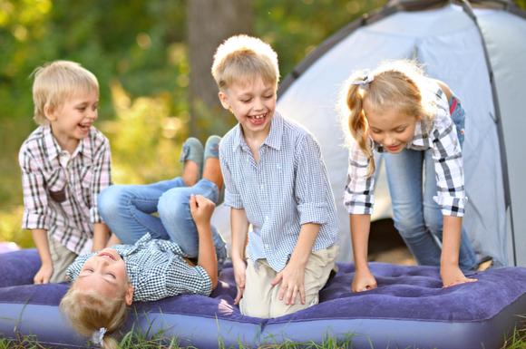 子どもと一緒にキャンプに行っている様子