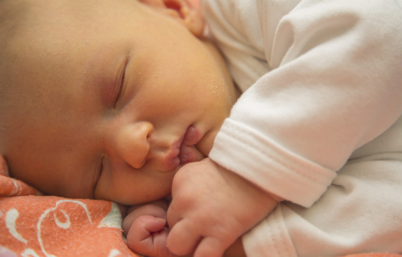 6a74842a1e88f 赤ちゃんが生まれて2〜3日、少しずつおむつ替えや授乳にも慣れてきて赤ちゃんも可愛さ倍増!