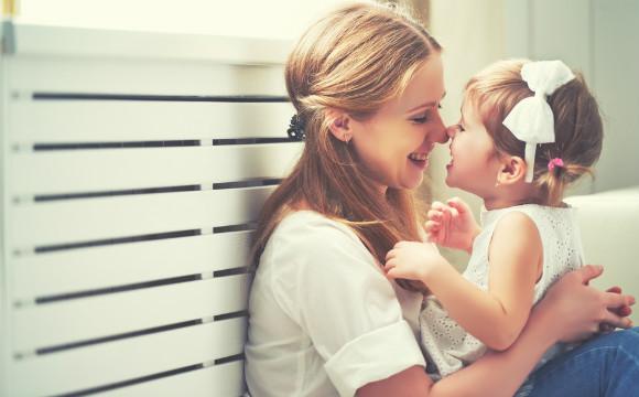 子供をしっかりと褒めて愛情を注ぐママ