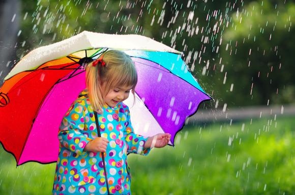 子供が傘をさしている様子