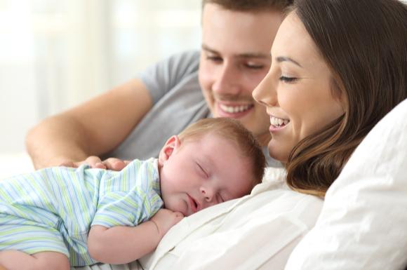 赤ちゃんと赤ちゃんを見守る両親