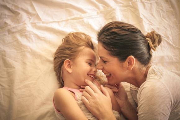 シングルマザーとその子どもが仲むつまじい様子