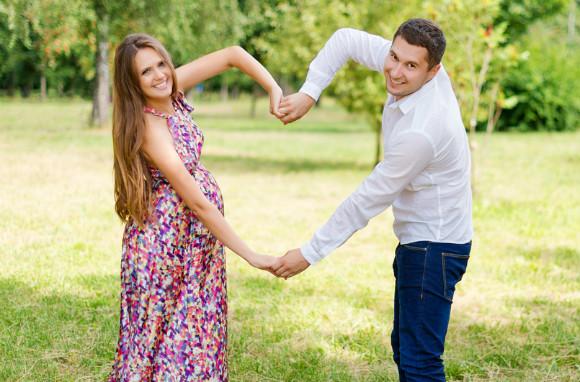 妊娠中に外出している夫婦