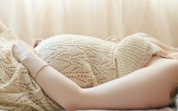 前置胎盤になった妊婦さんが安静にしている図