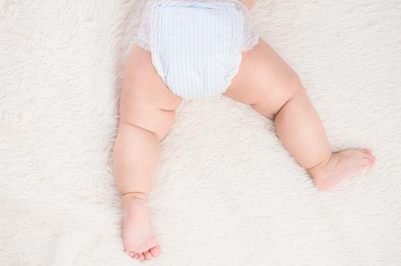 オムツ姿の赤ちゃん