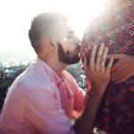 妊婦のママのお腹にキスするパパ