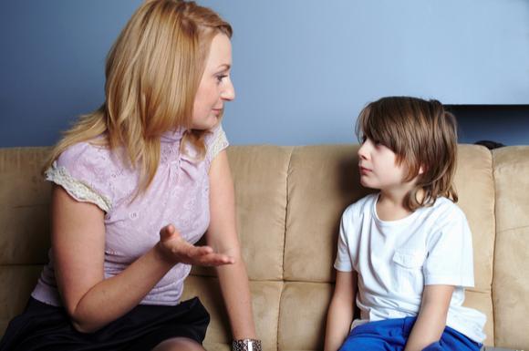 親が子供を叱っている姿