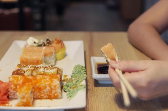 妊婦さんがお寿司を食べている様子
