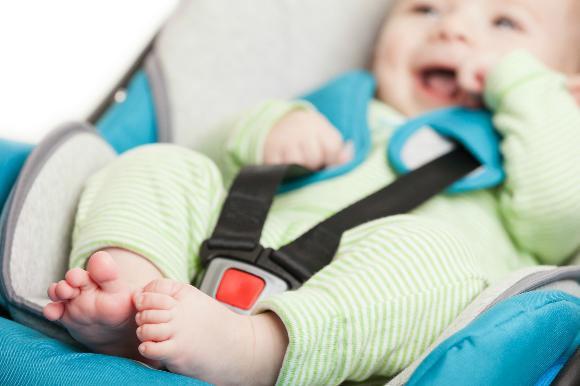 チャイルドシートに座っている赤ちゃん