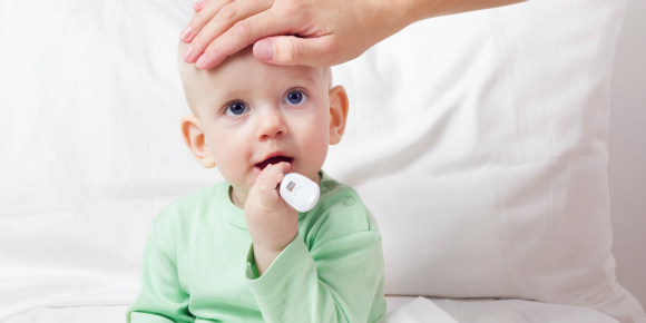 赤ちゃんが夏風邪をひくと、急に高熱を出したり、鼻水やくしゃみが出たり、長いと10日間ほど体調がはっきりしない日が続くようなことがあります。