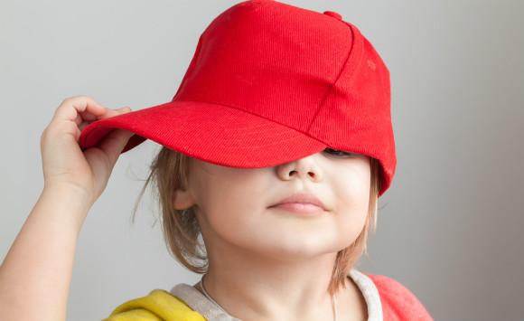 カラー帽子を被っている子供